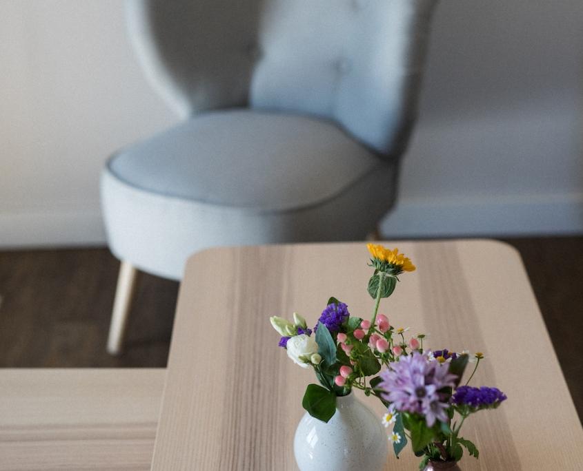 Blumen & Sessel | Lytte Hytte | Ferienhaus Wingst